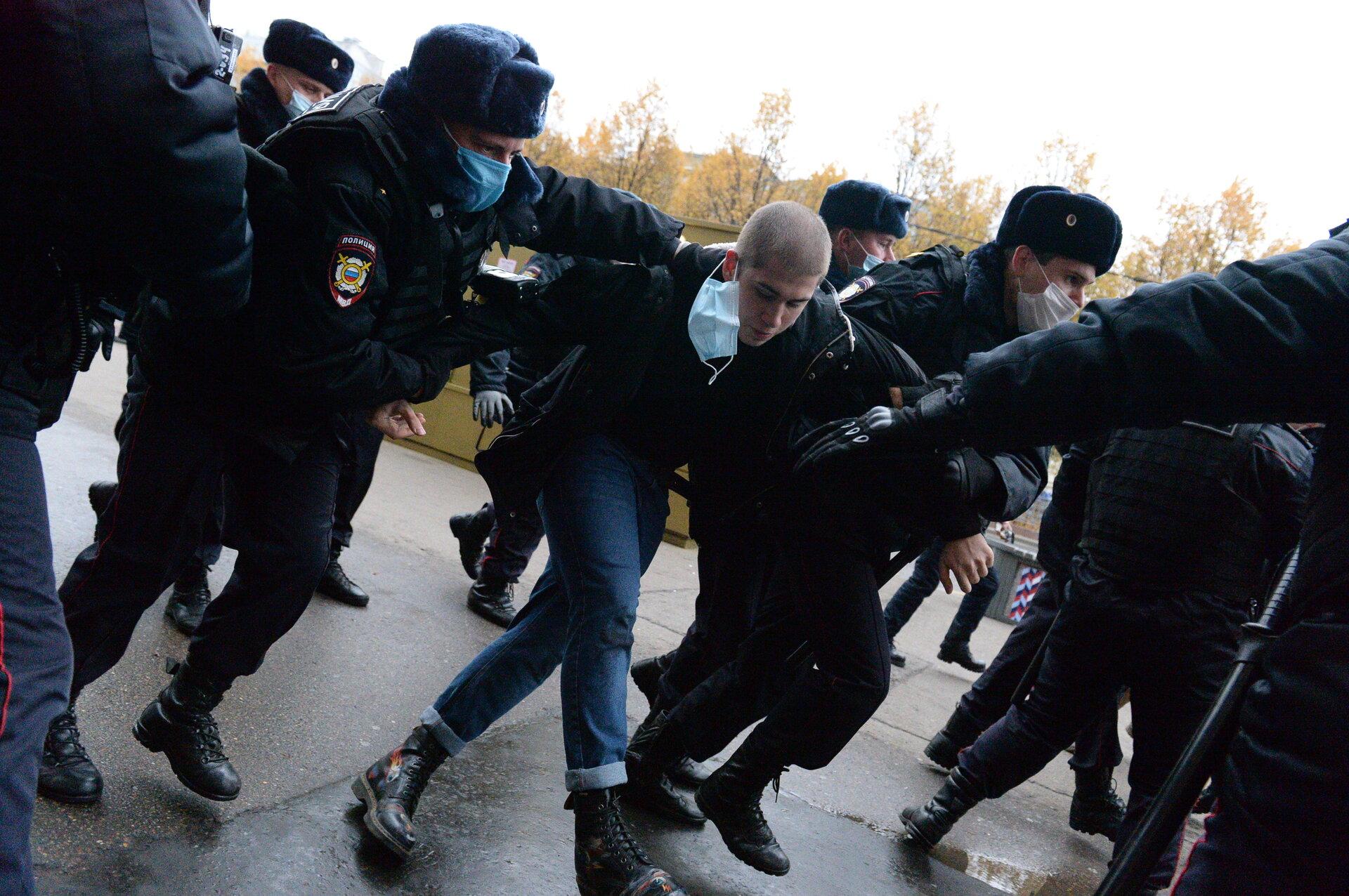 Празднично: В Москве начались массовые задержания участников «Русского марша»