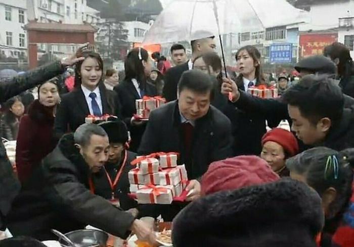 Китайский магнат осыпал подарками и деньгами пожилых жителей деревни, где он родился (3 фото + 1 видео)
