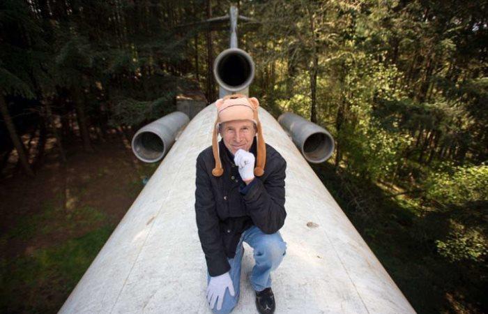 Американец живет посреди леса в самолете