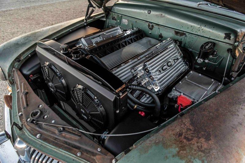 «Стилизованная» под старинный V8 алюминиевая конструкция под капотом на деле оказывается набором из батарейных модулей и блока управляющей электроники. mercury, tesla, авто, олдтаймер, ретро авто, свап, тюнинг, электромобиль
