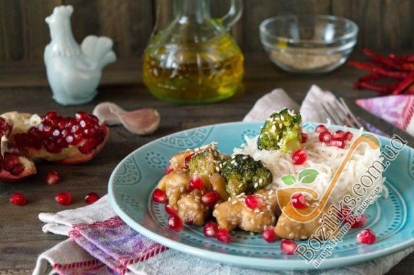 На порционную тарелку выкладываем готовый рис Басмати с курицей в гранатовом соусе. Посыпаем блюдо зернами граната и сразу же подаем к столу! Приятного аппетита!!!