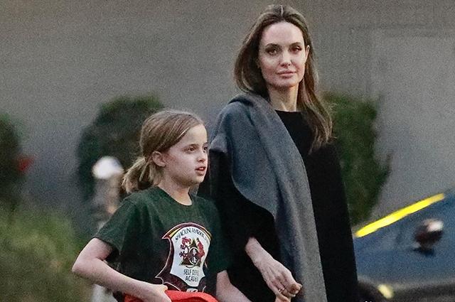 Анджелина Джоли с дочерью Вивьен на прогулке в Лос-Анджелесе