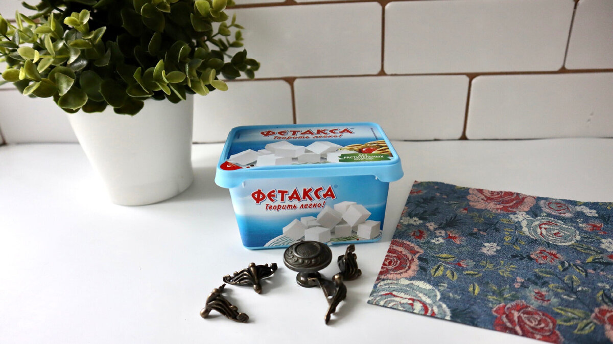Изящная и полезнаявещь для дома из пластиковой коробочки от сыра