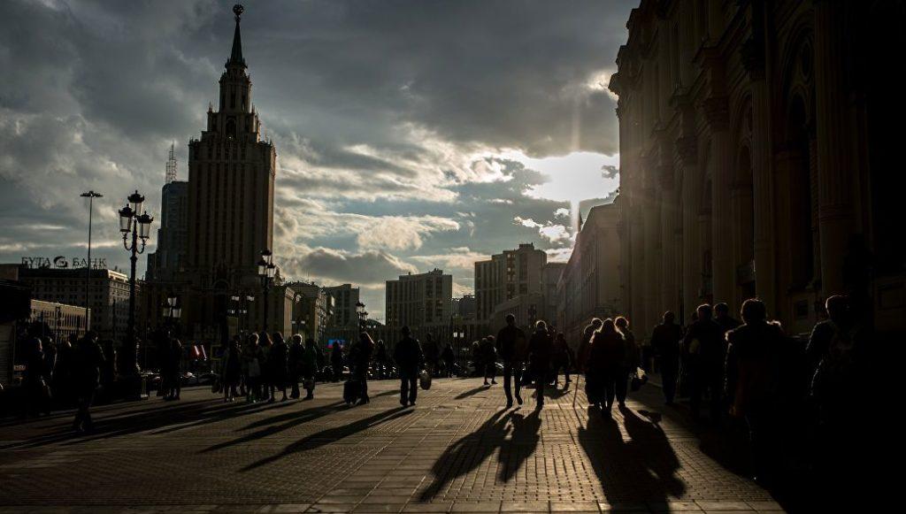 Сколько процентов мужчин доживает до 65 лет в России?