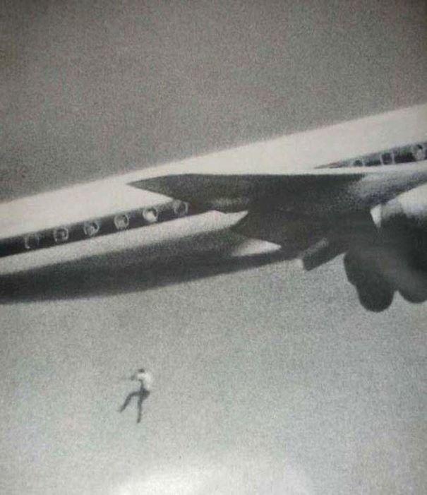 4. 14-летний Кит Сэпсфорд спрятался в надколесной дуге самолета, отправлявшегося из Сиднея в Японию. Фотограф-любитель Джон Гилспин тестировал свой новый объектив и случайно снял фатальное падение Кита с 60-метровой высоты жуткие моменты, за мгновение до, за секунду до, за секунду до смерти, катастрофы, печальные кадры, трагедии