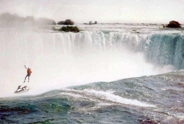 9. Роберт Оверакер, профессиональный постановщик трюков, задумал съехать с Ниагарского водопада на водных лыжах, в определенный момент раскрыв парашют. Но парашют не раскрылся. Именно этот момент запечатлен на снимке жуткие моменты, за мгновение до, за секунду до, за секунду до смерти, катастрофы, печальные кадры, трагедии