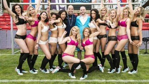 Женский футбол в нижнем белье (24 фото)