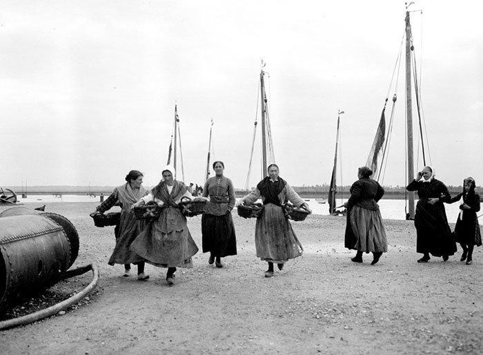 Женщины на берегу, Франция ХХ век, винтаж, восстановленные фотографии, европа, кусочки истории, путешествия, старые снимки, фото