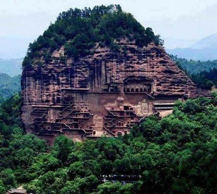 """Майцзишань, """"Пшеничная гора"""" — один из крупнейших буддийских пещерных монастырей Китая в форме муравейника 142-х метровой высоты горы, интересное, красота, скалы, стройка, царь природы"""