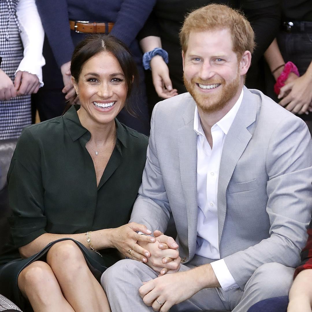 Весь мир обсуждает нелепый наряд принцессы Евгении и дырявые ботинки принца Гарри на свадебной вечеринке