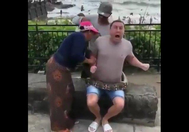 Турист с питоном