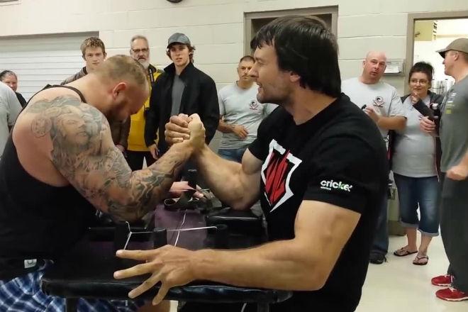 Самый сильный человек в мире вышел против чемпиона армрестлинга