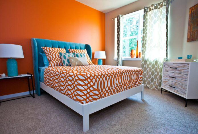 голубая обивка кровати оранжевая стена