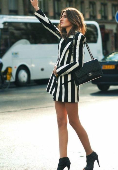 Платье в вертикальную полоску. | Фото: Яндекс.