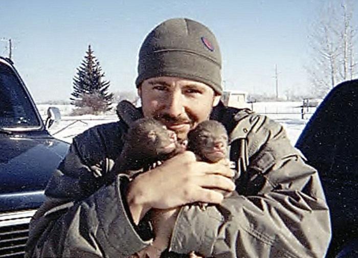 Он увидел двух медвежат рядом умершей матерью. То, что потом случилось поражает!