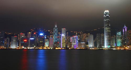 Гонконг – дорогой город. Многие приезжие в Гонконге могут позволить себе снять только 1 комнату площадью, в которой поместится только кровать. Кроме того, для работы в Гонконге необходимо говорить на местном диалекте