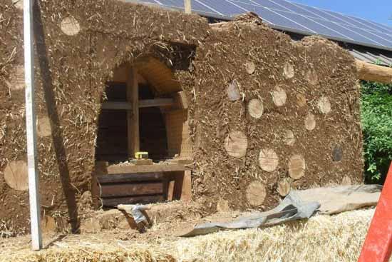 Недорогой дачный дом из глины глины, дачного, строительства, будет, соломы, должна, чтобы, количеством, большим, фундамента, смесь, дачный, недорогой, помощью, глиняных, строительстве, большой, деревянной, обрешетки, саманных