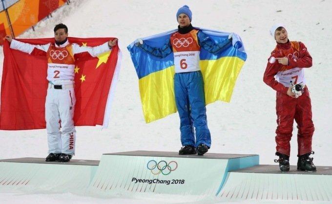 Олимпиада объединяет: российский и украинский спортсмены обнялись на пьедестале в мире, люди, объятия, олимпиада, спорт, флаг