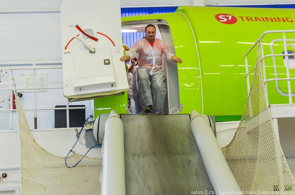 Как в чрезвычайной ситуации эвакуируют пассажиров самолета