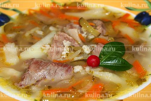 Проварить суп еще около 10 минут и можно звать всех к столу. Подавать со сметаной и свежей зеленью.