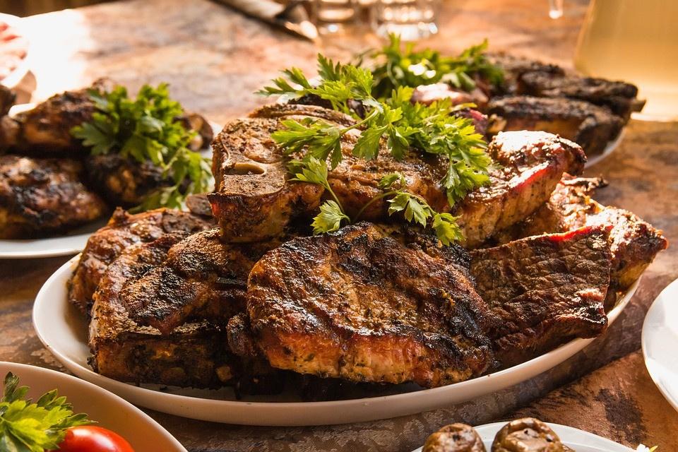 Виноваты шашлыки. В Минсельхозе объяснили подорожание мяса в России