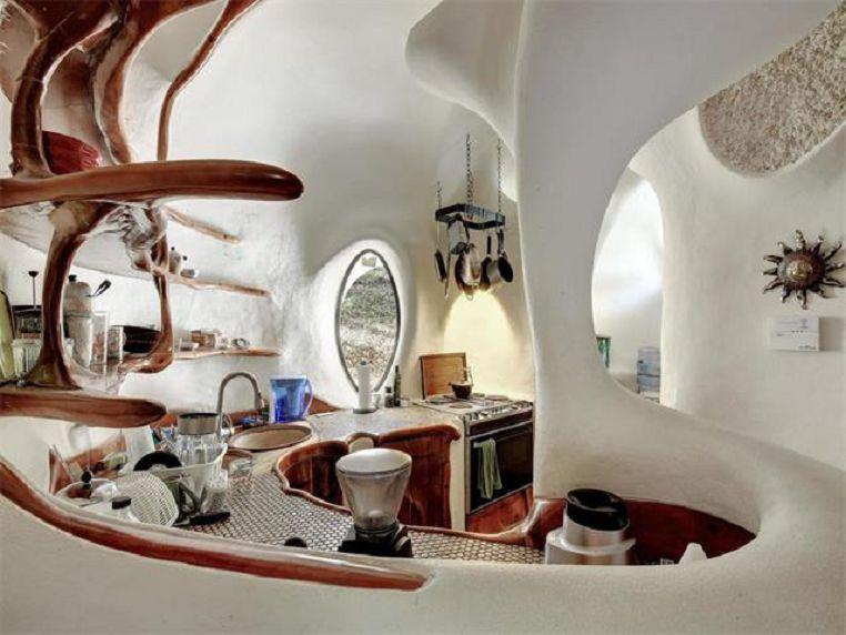 Напоминает интерьер традиционного жилья, только с современной техникой