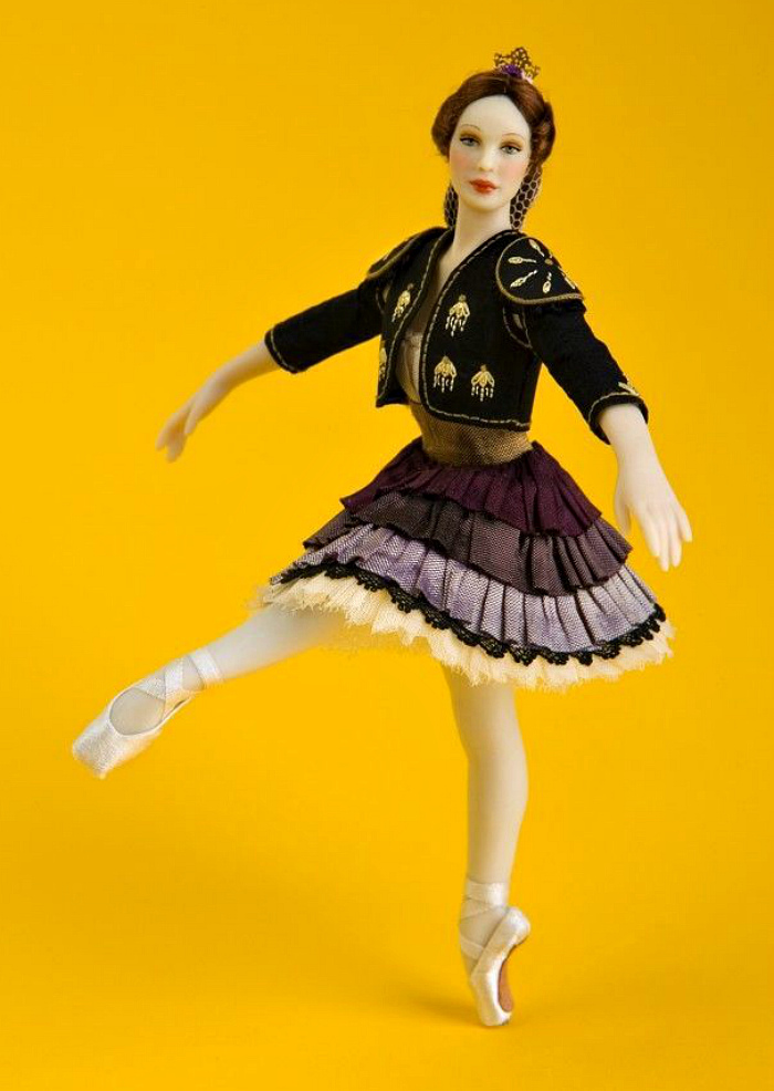 4c2ad7a4b987525774017cac7f941d15--dollhouse-dolls-miniature-dolls.jpg