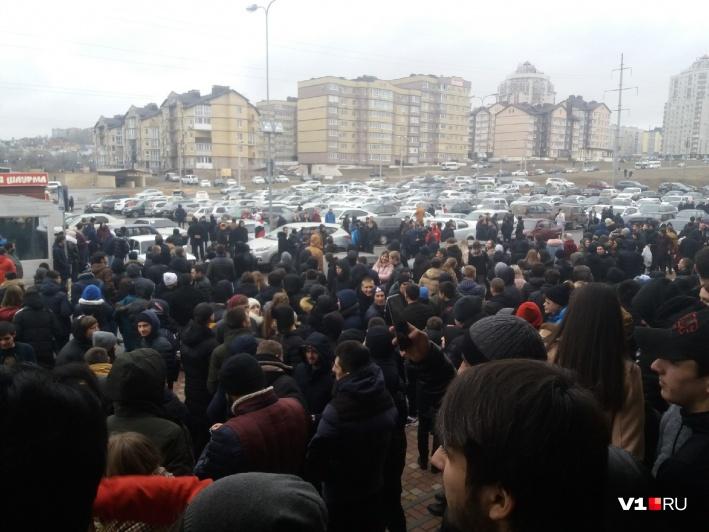 """""""Теперь скажите, что любите меня!"""" Сотни подростков и парящие банкноты-в Волгограде чеченский блогер раскидал деньги общество,россияне"""