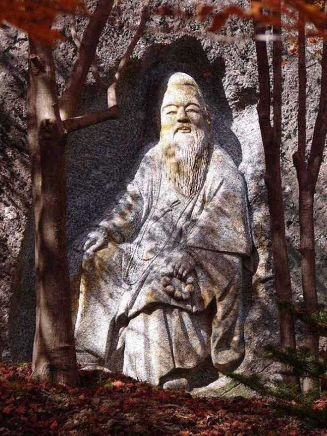 Статуя бородатого мудреца