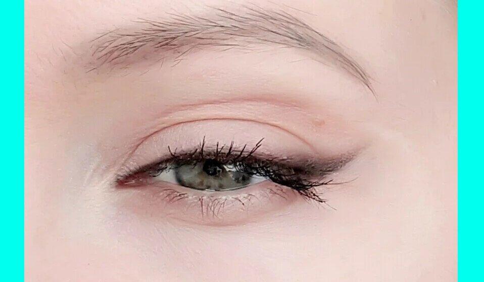 Мягкая стрелка, которая преображает глаза и в 30, и в 50: простая техника на каждый день внешность,косметика,макияж,мода и красота,модные образы,модные советы,стиль,стиль жизни