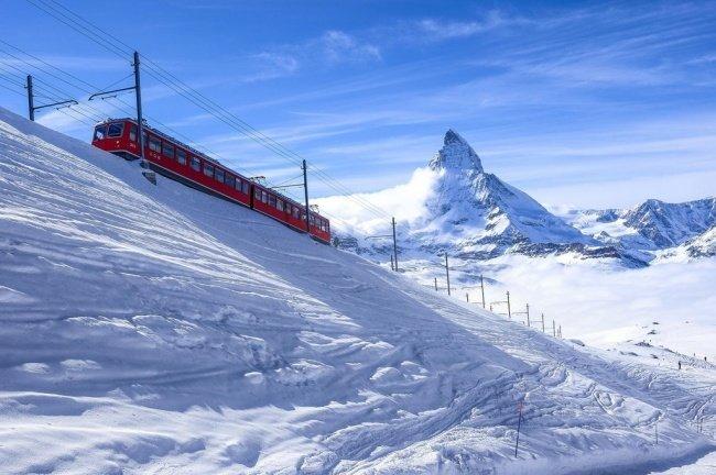 Прибывший поезд не испортил пейзаж, а совсем наоборот красота, перфекционизм, симметрия