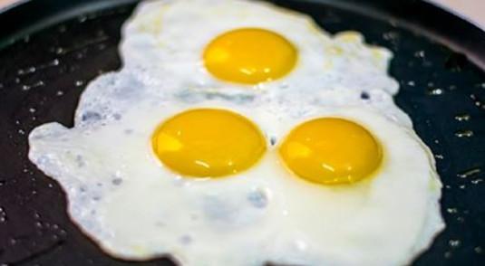 Сосед, который 30 лет отработал поваром сказал: «Солите не яичницу, а масло, на котором она жарится!»…