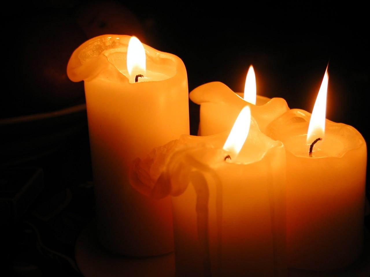 Таяли четыре свечи...