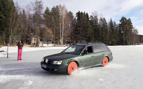 Дикие развлечения скучающих водителей: Subaru с циркулярными пилами!