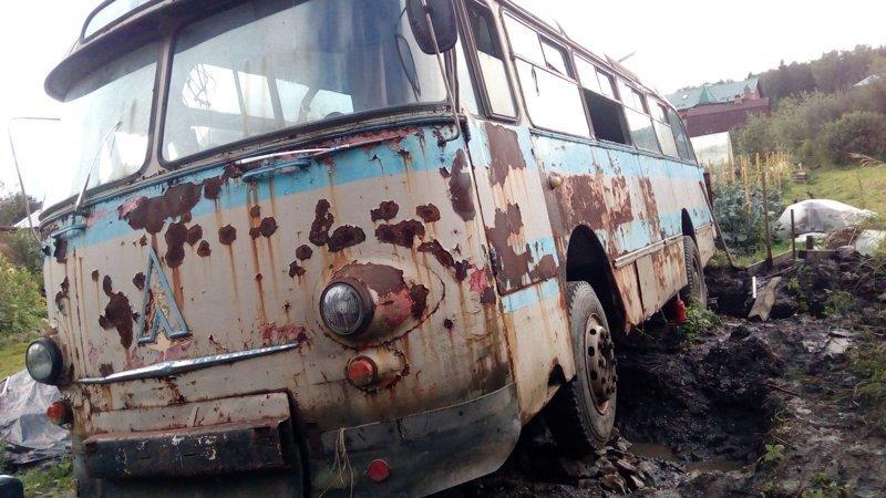 При эвакуации из огорода автобус поднимали домкратами, монтировали колёса, и засыпали ямы под ним щебнем ЛАЗ, ЛАЗ-695Е, авто, автобус, олдтаймер, реставрация, ретро авто, ретро техника
