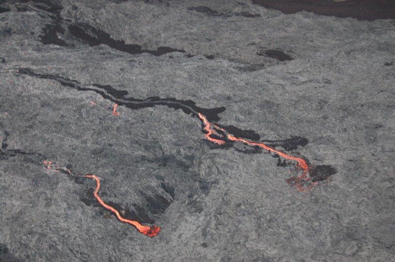 Лава непрерывно течет из трещин прямо к океану америка, вулканы, гавайи, пейзажи, природа, путешествия