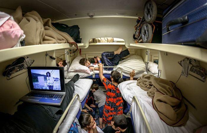 Сколько времени пассажир верхней полки может сидеть на нижней: тонкости путешествий поездом