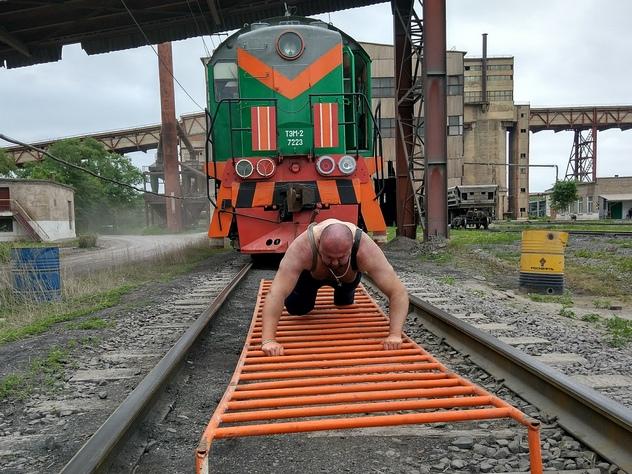 Приморский пауэрлифтер сдвинул с места поезд весом 162 тонны