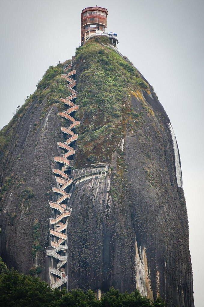 Эль-Пеньон-де-Гуатапе, также известная как Пьедра-де-Гуатапе и Пьедра-дель-Пеньол — отдельно стоящая скала между городками Гуатапе и Эль-Пеньол в департаменте Антьокия, Колумбия горы, интересное, красота, скалы, стройка, царь природы