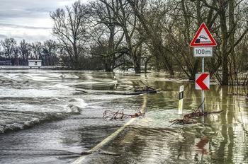 Жители Тольятти проплыли по затопленным улицам на матрасе