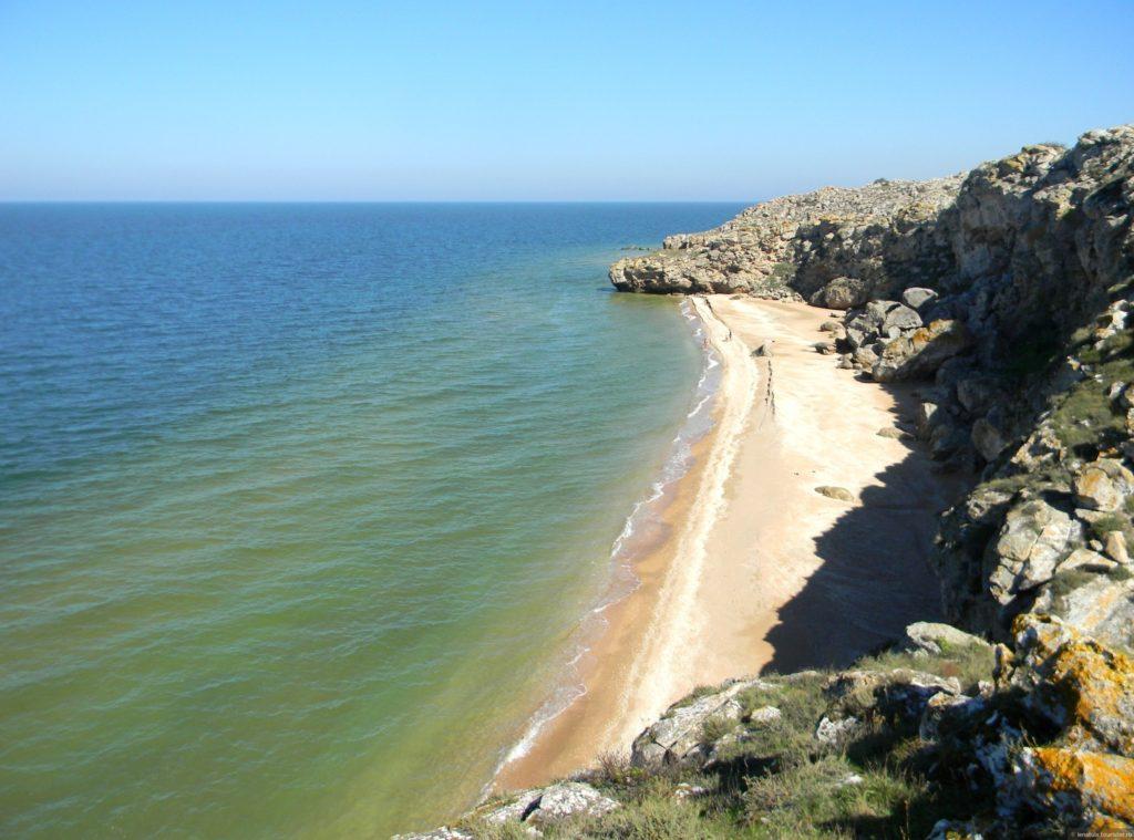 Уникальный дикий пляж в Крыму медленно погибает