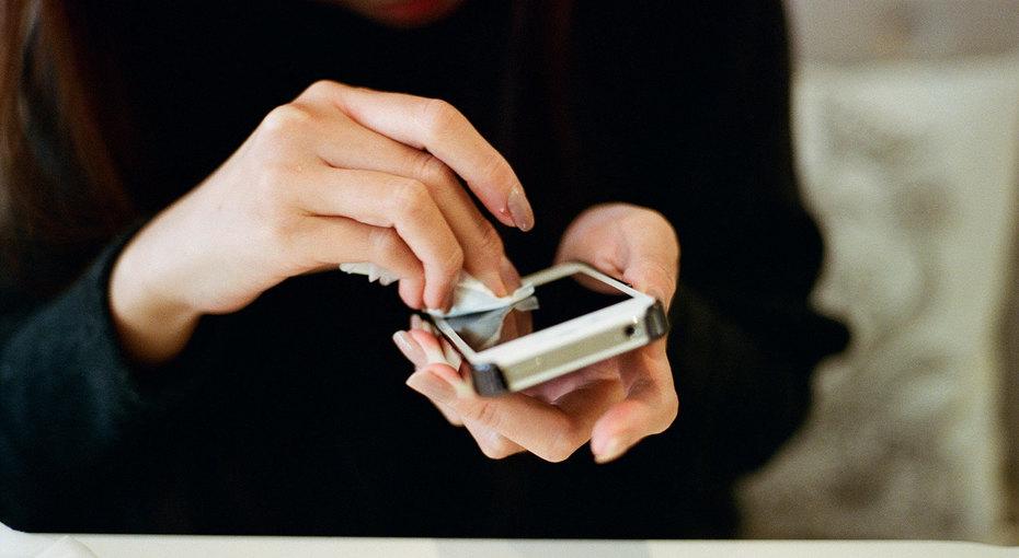 А вы знали, что телефон грязнее унитаза? Вот чем можно и нельзя его чистить