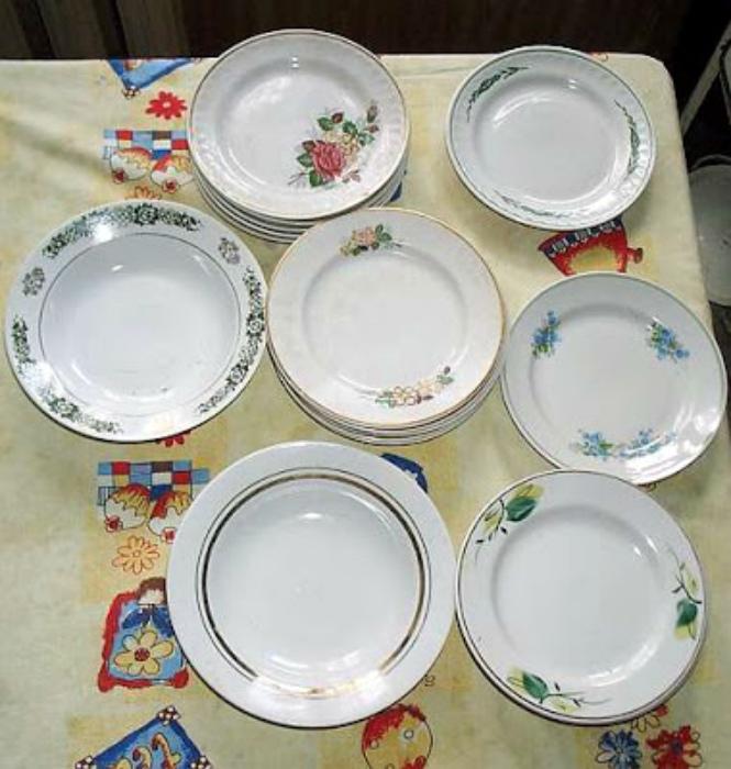 Использовать посуду из разных сервизов.