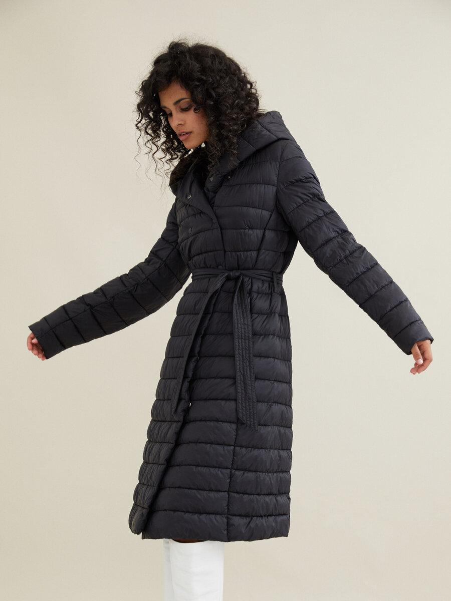 Стройнят и молодят: 3 модели зимних пальто, которые украшают женщин