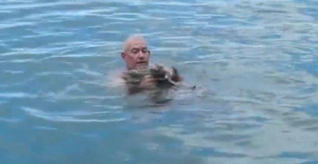 Чтобы не утонуть, мужчина 3 раза ударил ладонью по воде. Вы ахнете, увидев результат
