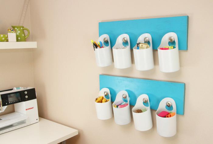 Подвесные пластиковые стаканчики, которые можно использовать как органайзеры для канцелярских принадлежностей.