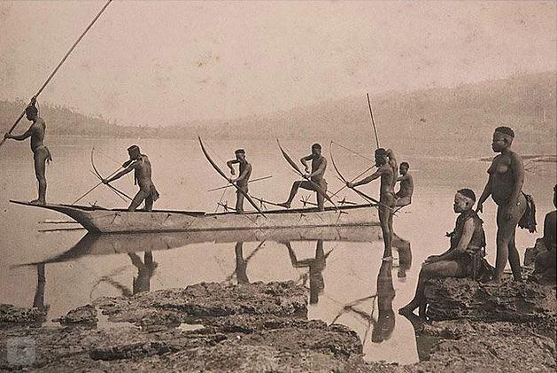 Это одно из самых качественных фото сентинельцев было сделано в 60-х годах прошлого века. Антропологи смогли передать племени кокосы, пластиковые ведра, свинью и куклу.