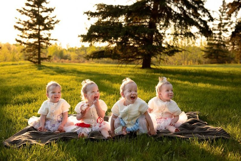 На впорос - как вы отличаете девочек, родители говорят, что сначала путались, но когда девочки подросли они их уже не путают - у каждой свой характер, хотя они и похожи как две капли воды. Точнее четыре капли... жизнь, идентичные, интересное, истории, уникальные, факт, четверняшки