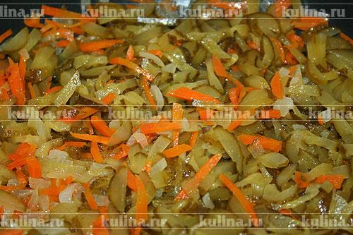 Огурцы нарезать соломкой. Добавить к овощам и все вместе прогреть.