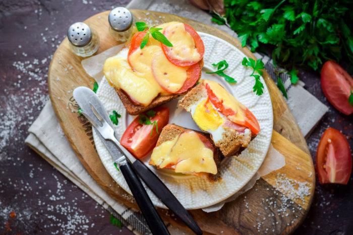 Яичница в хлебе с сыром и помидорами.  Фото: vilkin.pro.